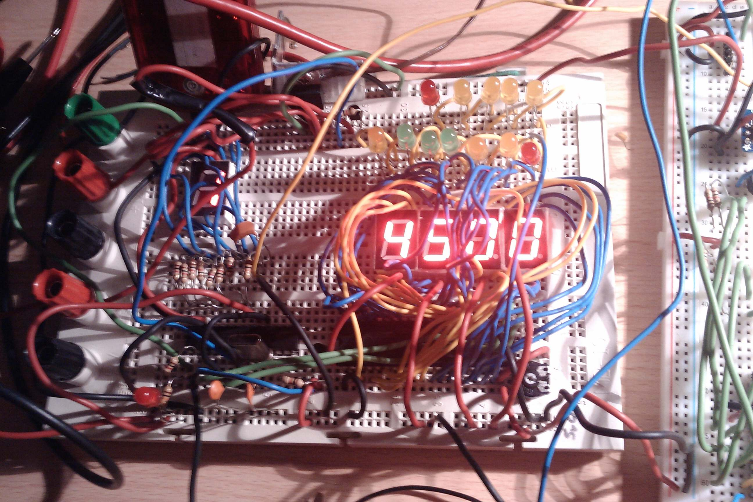 Content: wire mess on protoboard. Source: Momex.cat